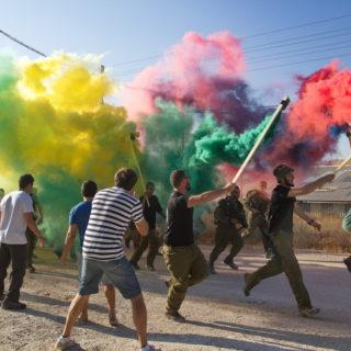 Израильская армия: встречают бойцов после тяжёлого марш-броска