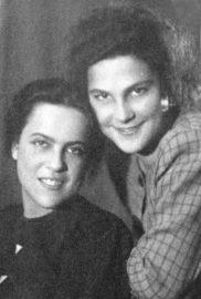 Лина (слева) и Таня Бутковская в год окончания школы, 1948