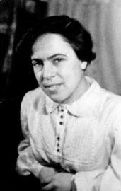 Лина в Москве, в квартире своей подруги Гили Ефман. Около 1954 г.